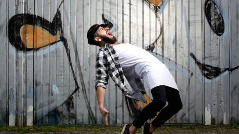 Un homme danse et crie de rage
